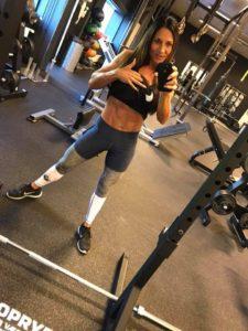 Bodyfitness atlet i et par flotte designer leggings